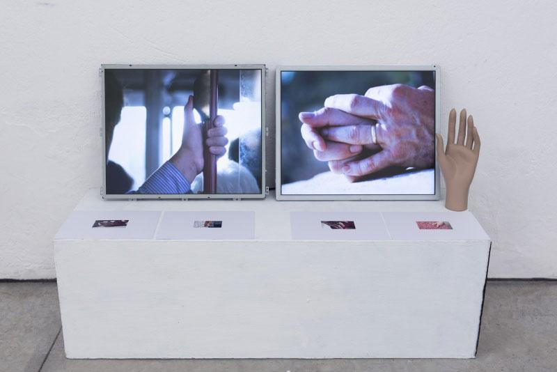 Matilde Sambo | Quando le mani furono liberate / 2018 / Installazione con due monitor, un lettore di mani, un riflessologo