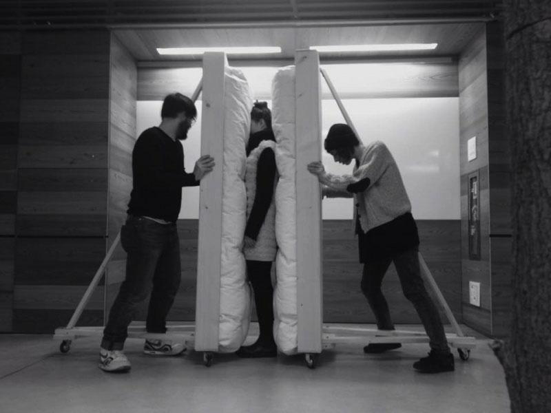 Matilde Sambo | Sculpture for the blind / 2015 / Installazione con due materassi, due strutture in legno, due persone / Credits Photos: Mauro Sambo e Alice Mestriner